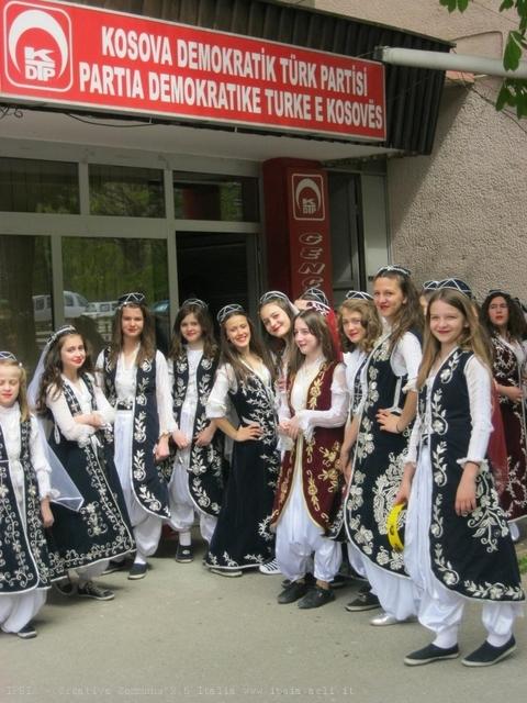 Ragazze in abito tipico per una giornata organizzata da un'associazione di donne con la collaborazione di varie organizzazioni turche, Prizren, Kosovo
