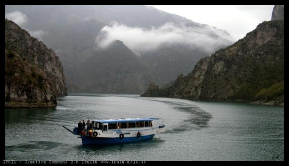 Battello-bus lungo il tragitto Koman-Fierze, Albania