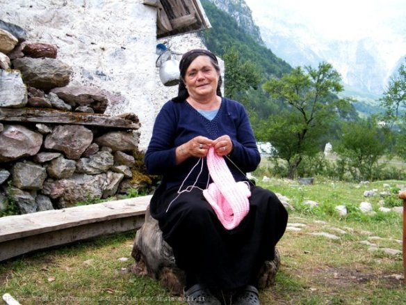 Anziana donna lavora la lana a Theth, Albania