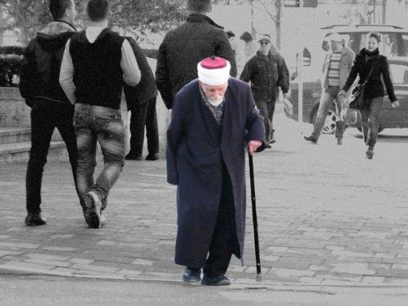 Uomo anziano per le strade di Tirana, Albania